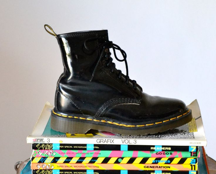anni 90 Black Dr Martens neri stivali dimensione 7 7 1/2 / / Vintage Doc Marten nero in vernice stivali taglia 5 UK Made in Inghilterra by Hookedonhoney on Etsy