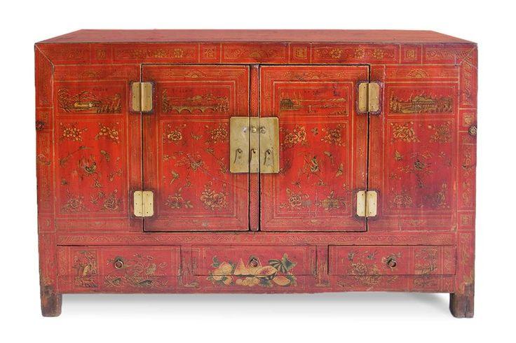 Aparador antiguo color rojo, con motivos y herrajes en dorado.  Medida 155x45x95