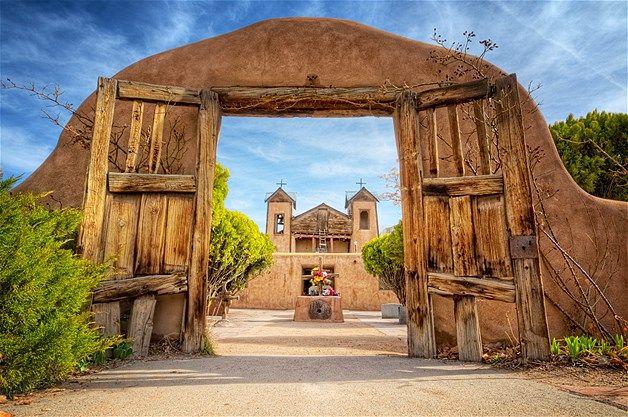 01 - En todo el mundo, la gente se reúne para seguir y compartir sus creencias en los escenarios más espectaculares. Por ejemplo, los católicos romanos de Chimayo, Nuevo México, encuentran la paz en El Santuario de Chimayo.