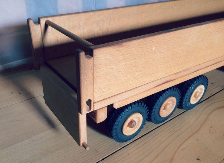 Houten VRACHTWAGEN met aanhangwagen is zeer functioneel speelgoed voertuig. De achterdeur van de aanhangwagen wordt geopend en de cabine heeft ruimte voor stuurprogrammas. In de trailer is ruimte voor kubussen, boeken en andere Kinder spullen.  Materiaal: Highmountain beuk afgewerkt met lijnolie, rubber Afmetingen: 64 x 14 cm x 18 cm   Hoe we het doen:  Wij zijn jonge gezin met twee kinderen. Wij zijn eigenaar van een boerderij en we houten producten voor kinderen en ouders. Onze houten…