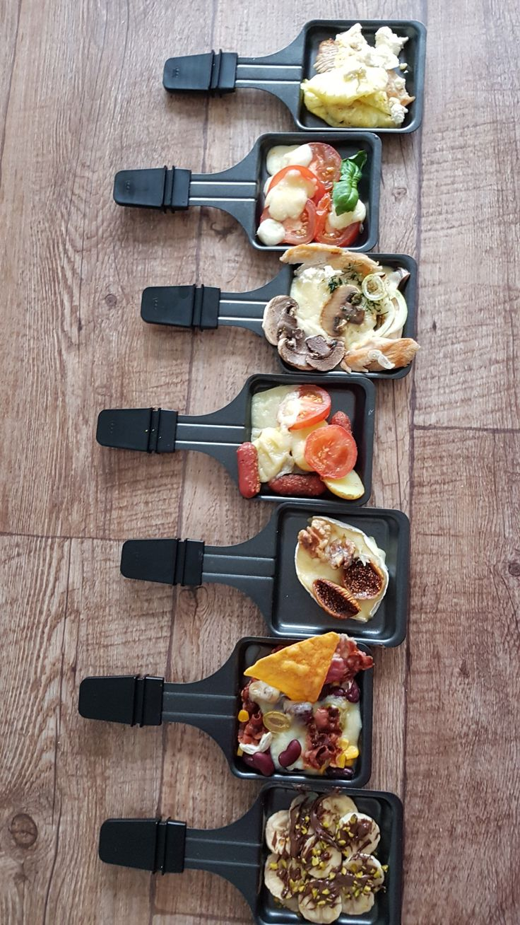 Modernstes Raclette (2017) mit vielen Extras: Besonders gut gefällt mir, dass ich das Raclette von 4 Pfännchen auf 8 oder 12 erweitern kann. Dabei verteile ich entweder 1, 2 oder 3 dazugehörige Raclettes auf dem Tisch, dass Jeder bequem heran kommt. Aber noch mehr Wissenswertes findet ihr auf meiner Website.