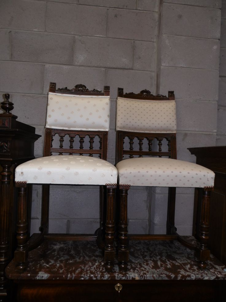 Henry II tarzı iki antika ceviz yemek odası sandalyesi , 1900'lü yıllar, çok iyi durumda.