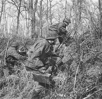 German light machine gun crew prepare their position in dense undergrowth, One of a series of stereo photographic cards supplied with the book Der Kampf im Westen, The photographs, which were passed by the German High Command, show the Wehrmacht's advance through France and the Benelux countries in 1940. Pin by Paolo Marzioli