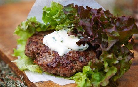 Salatwraps med vildtbøf Bøfferne bliver ekstra saftige insvøbte i salat. Top med den cremede dressing.