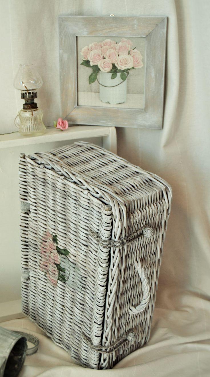 Růže růžová Tento košík či kufřík je pletený technikou papírového pedigu, namořeno, přelakováno a vytvrzeno, vyplétané dno, zpevněno dřevěnou konstrukcí, barva šeď holubí s bílou patinou. V nabídce taktéž obrázek na zavěšení s růžemi, vše ve stylu vintage, ihned k odběru. Rozměry košíku: 42x27x16cm Obrázek včetně rámečku: 23x23cm