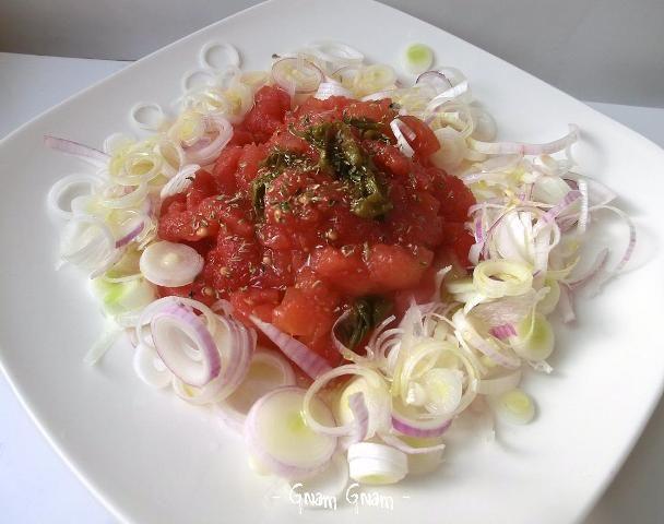 Insalata invernale con cipollotto e pomodori pelati | Ricetta