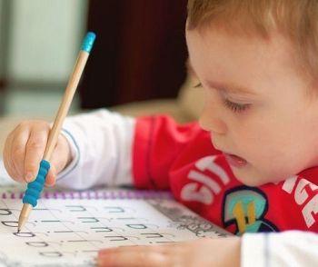 Anul trecut scrisul de mână a fost scos din programa obligatorie a 45 de state din S.U.A.  Anul acesta scrisul de mână va fi scos din școlile elvețiene și a dispărut ca materie obligatorie în Hamburg. Explicațiile sunt simple: aproape nimeni nu mai scrie de mână.  Ce părere aveți? Ar mai trebui să învețe copiii să scrie de mână?
