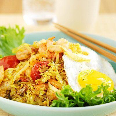 Hetta upp matfettet i en wok eller stor stekpanna och fräs vitkål, lök, vitlök, sambal, gurkmeja och salt tills vitkålen är mjuk och glansig. Tillsätt riset och låt det fräsa med tills det är varm...