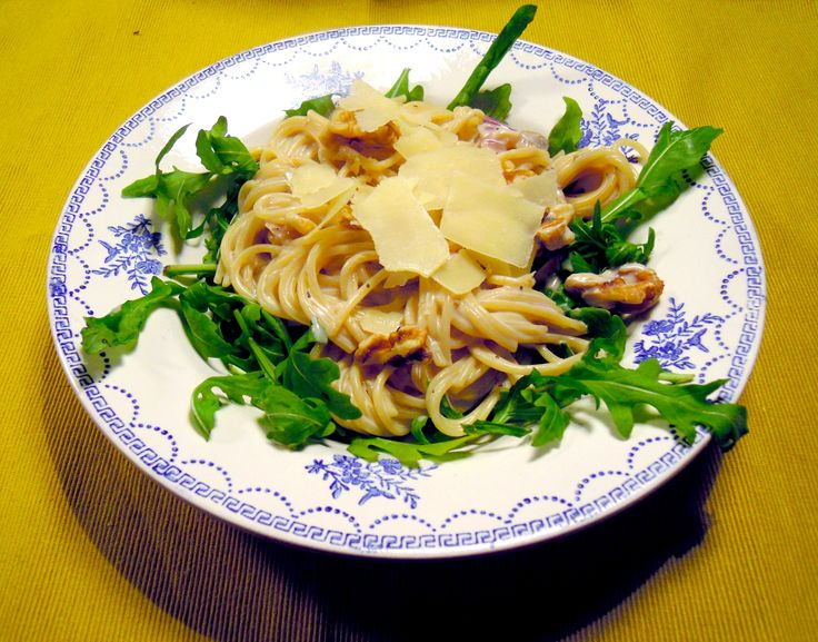 Lekker herfstachtig door de paddenstoelen met een lekkere bite van de rucola. Met lekker veel zwarte peper, die nog beter smaakt als je het vers maalt. Bij Cook & Co vind je mooie, stevige pepermolens, die jarenlang mee gaan. Een echte aanwinst voor in de keuken. Benodigdheden: Spaghetti Een bakje (200 gram) gemengde paddenstoelen 2...Lees Meer »