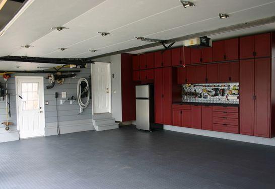 Идеально зонированный гараж: слева - выход во двор, справа - вход в дом, шкафы вписаны в длинную стену