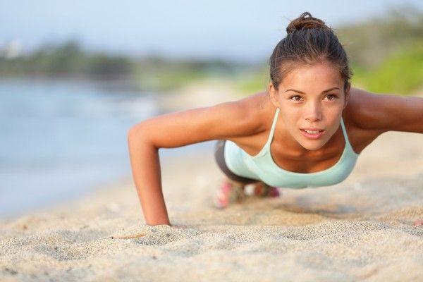 Данное упражнение приводит в тонус мышцы всего корпуса, а также мышцы ног и ягодиц.      Исходное положение:стоя, ноги на небольшом расстоянии друг от друга, руки вытянуты вдоль тела.   Как выполн…