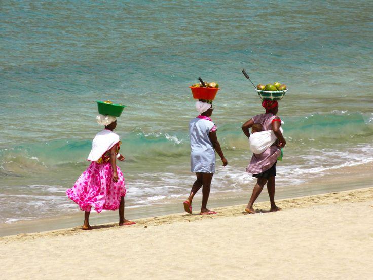 COMO IR Viajar para Cabo Verde é fácil e económico. Há voos com a TAP e com a TACV directos de Lisboa. Pode-se voar directo para o Sal, Praia, Boa Vista e Mindelo. O nosso voo foi Porto – Lisboa – Praia, com a TAP, comprado com mais de seis meses de antecedência e ficou …