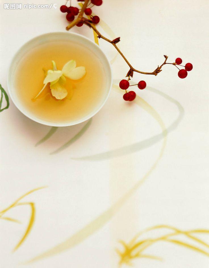 花茶 主要以 #綠茶、#紅茶 或者 #烏龍茶 作為茶坯、配以能夠吐香的鮮花作為原料,採用窨制工藝製作而成的茶葉。根據其所用的香花品種不同,分為茉莉花茶、玉蘭花茶、珠蘭花茶等,其中以茉莉花茶產量最大。
