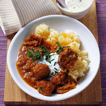 Zwiebelgulasch mit Paprika, Sauerkraut und frischem Majoran Rezept | Küchengötter