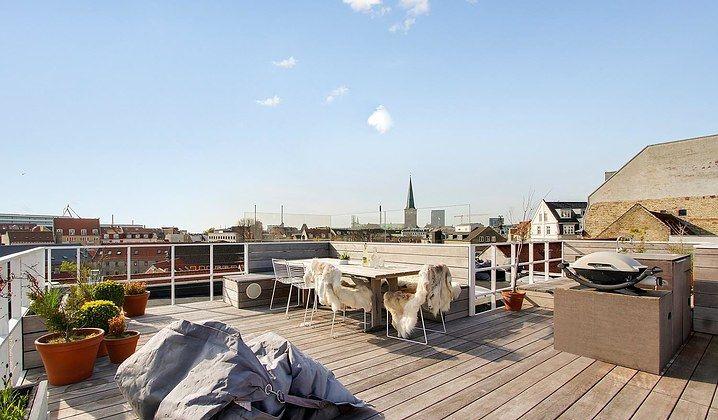 Er du en kræsen køber, der hverken vil gå på kompromis med bolig eller beliggenhed? Så er denne lejlighed på Sjællandsgade lige noget for dig. Her kan du flytte ind i en lækker og luksuriøs penthouselejlighed fra 2010 med en kæmpestor tagterrasse og udsigt ud over hele byen.   Med adresse i hjertet af Aarhus får du tilmed kort gåafstand til alle byens tilbud. Boligen byder på et åbent rumforløb mellem entré, værelse, køkken-alrum og stue. En gennemført minimalistisk stil løber som en rød…