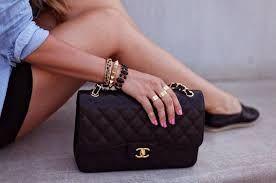 voor de meisje een klein tasje voor het geld en gsm en een lipstick en deo