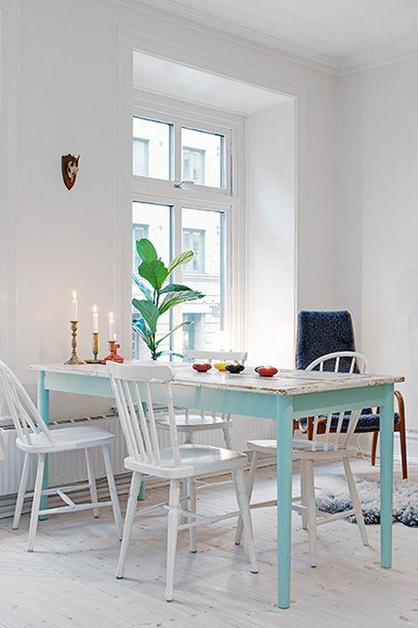 Binnenkijken in een fris wit appartement / www.woonblog.be,--  witte muren & vloer, geschilderde meubels, geen gordijnen!