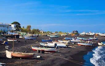 Die vulkanische Insel Stromboli verzaubert mit schwarzen Lavastränden