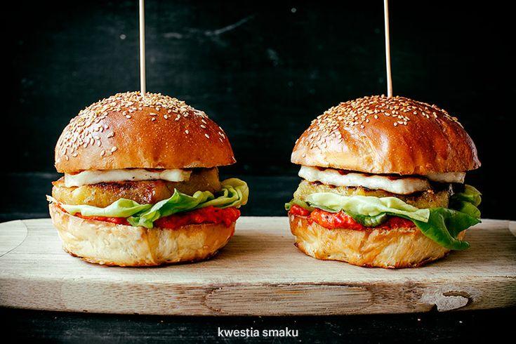 Hamburger con halloumi, ananas e cipolla rossa