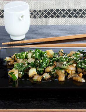 - 4 petits Shangaï Pak Choï - 1 oignon frais ou 2 Spring Onion - 1 morceau de gingembre frais - 1 gousse d'ail - 1 c. à soupe de sésame - 1 c. à soupe de sauce soja (shoyu ou tamari) - 1 c. à soupe de graines de sésame - 1 pointe de couteau de purée de piment