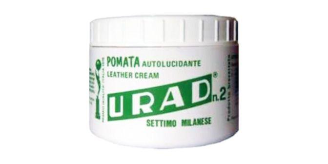 POMATA LUCIDA SCARPE - URAD  Prodotto per la pulizia e la manutenzione di calzature, capi in pelle, similpelle e legno naturale. E' particolarmente consigliato per pulire e lucidare scarpe, salotti in pelle, giubbotti, borse, valigie, interni auto. Può essere utilizzato con ottimi risultati, anche sul legno non trattato (travi di camminetti, zoccolini, ecc.). Il prodotto è a base di cere naturali, completamente atossico e non nocivo.  Peso barattolo: 200g