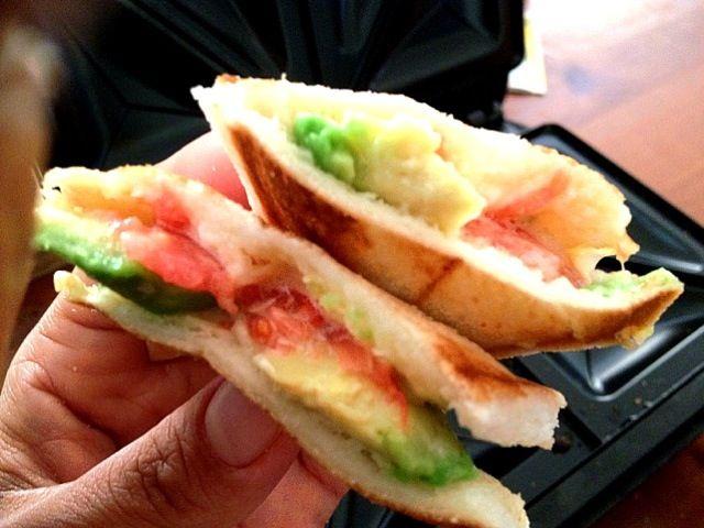 中も熱々で美味い(((o(*゚▽゚*)o))) - 70件のもぐもぐ - ホットサンド アボカド&トマト&チーズ by chiesweethome