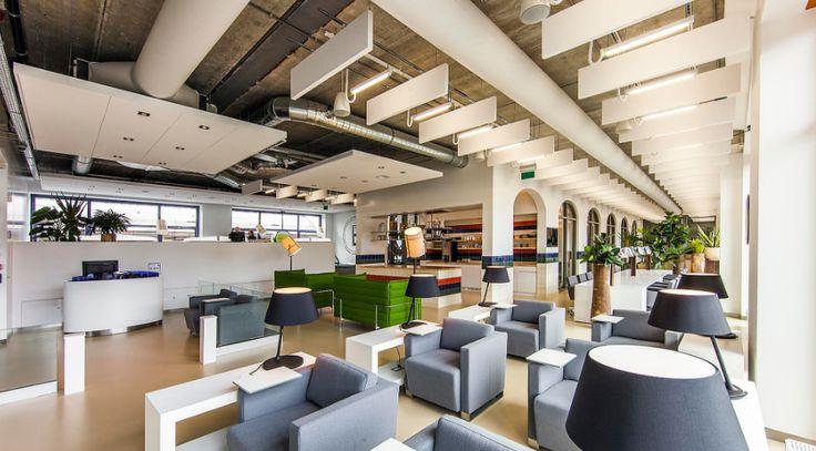 Zwevende plafondpanelen zorgen voor een optimale akoestiek. #Intermontage #IBPInterieurbouw