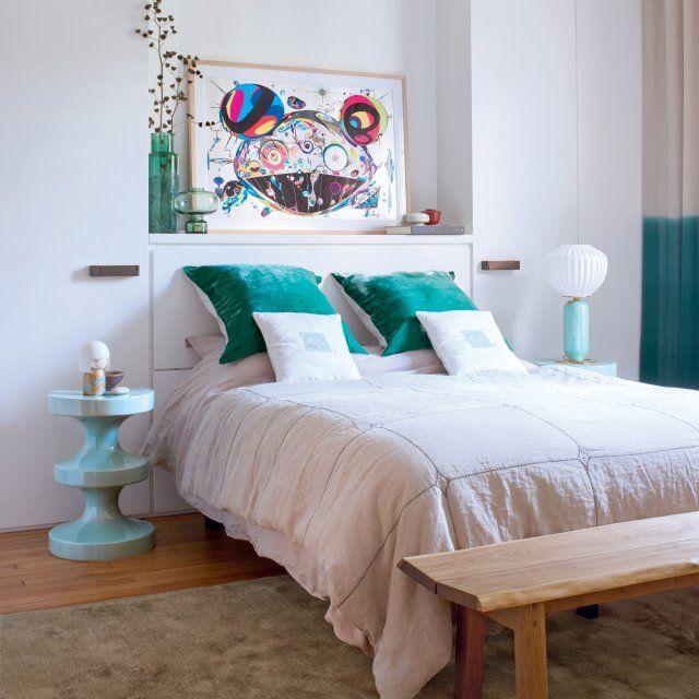 Dans la chambre, le rose tendre et le vert d'eau règnent en maîtres. Quelques objets déco et un joli tableau confèrent un style manga pop.