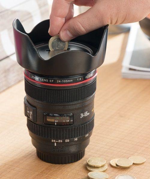 Realisztikus, a megtévesztésig hasonlító, fényképezőgép optika formájú persely. Főleg azoknak, akik takarékoskodnak és gyűjtenek egy igazi DLSR...