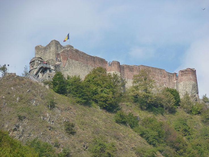 Cetatea Poenari,...Este cetatea care l-a inspirat pe Jules Verne sa scrie Castelul din Carpati. Cetatea se afla la o altitudine de 850 m, la 4 km distanta de barajul Vidraru, ...