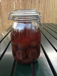 Pruimen op alcohol en andere methoden om pruimen te verwerken als heerlijke pruimenwijn.