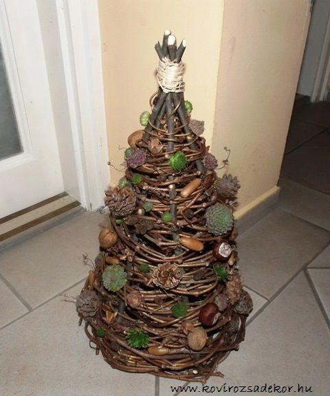Szőlővesszőből font karácsonyfa kövirózsákkal és termésekkel díszítve