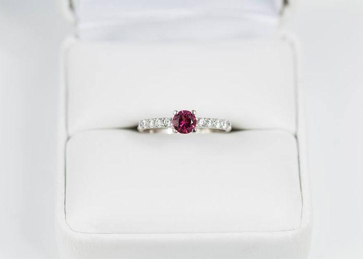 Sytě růžový turmalín a průzračné diamanty zasazené do bílého zlata.