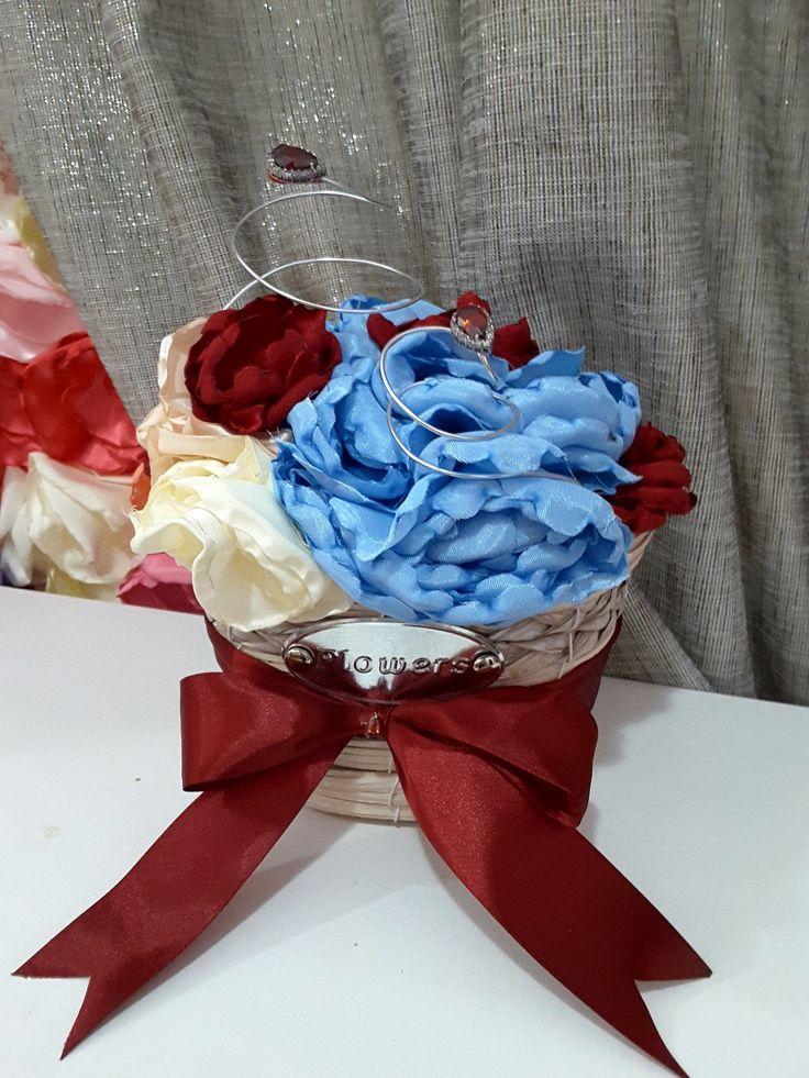 Aranjament realizat din florin din satin lucrate manual.
