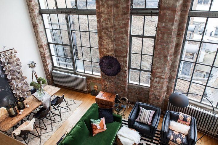 Je suis restée scotchée sur place en regardant les photos de ce loft. Il est tout ce que l'on projette comme clichés quand on imagine unloft new-yorkais [et non, il est situé à Londres !] :desplafonds si hauts qui ne…