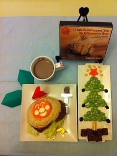 麵包超人聖誕變身之牛肉漢堡包、毛豆耶誕樹、巧克力牛奶、飾以聖誕老人帽、冬青葉、十字架、勳章之媽媽手工折紙裝盤,佐冬天最適合聽的巴哈!