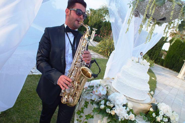 Paolo e Dalila Live musica per matrimonio Puglia, Calabria e Basilicata  Taglio torta con musica eseguita con il sax da Mommo http://www.sposieventi.com//paolo-e-dalila-live-musica-per-matrimoni