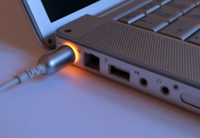 Почему ноутбук нужно отключать от сети?