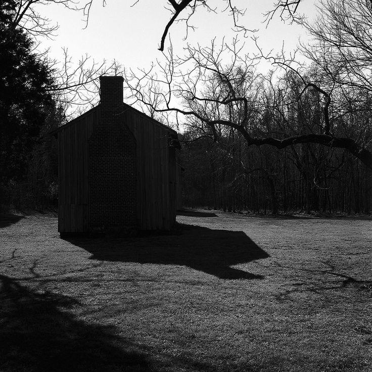 """Artista: Gesche Wurfel; """"Cabina de los esclavos"""" (plantación de la Villa Stag) del proyecto """"Arquitectura Opresiva"""", fotografía digital impresa en blanco y negro, 2013."""