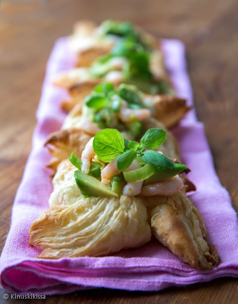 Katkaraputortut /  small pies filled with shrimp.