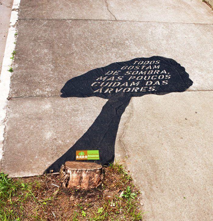 """Esse foi o conceito criado pela agência Mood, de São Paulo, para divulgar a Fundação Amazonas Sustentável, que luta contra o desmatamento no Brasil. A ação foi realizada nas ruas de São Paulo, colocando um adesivo em forma de sombra de árvore ao lado de tocos de árvores cortadas e a mensagem """"Todos gostam de Sombra, mas poucos cuidam das árvores…""""  Uma forma bem bacana de impactar e conscientizar sobre o desmatamento, que cada dia mais cresce nos grandes centros urbanos."""