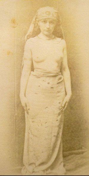 Camille in una foto originale d'atelier all'albumina risalente probabilmente al 1883 che sembra corrispondere ad una famosa scultura di Rodin (vedi foto precedente).