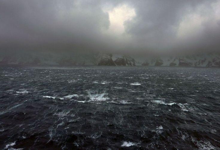 una tempesta di vento sull'oceano davanti a Elephant Island