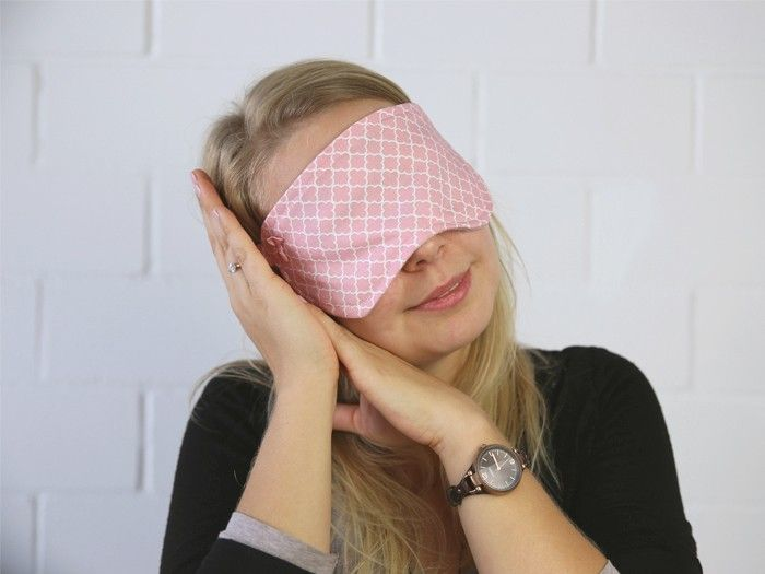 Si la lumière vous dérange lorsque vous dormez, nous avons un tutoriel qui pourrait vous intéresser: coudre un masque de nuit ! Nous vous expliquons le processus étape par étape !