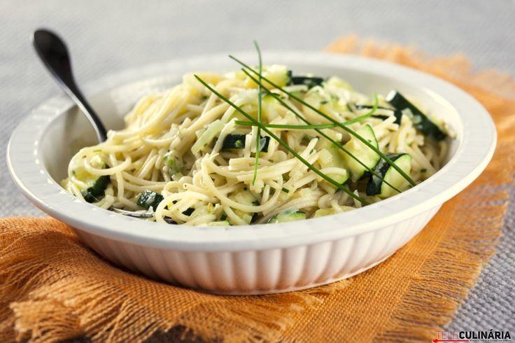 Uma receita saudável e leve para hoje ao jantar ...Esparguete de legumes e ervas.