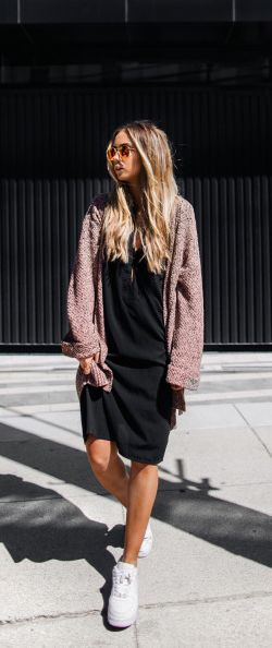 Black cotton dress + oversized knit cardigan + Lisa Olson + casual spring look + dress and cardi combo! Cardigan: H&M, Sneakers: Nike, Dress: NLY Design by Victoria Törnegren, Bag: Zara.