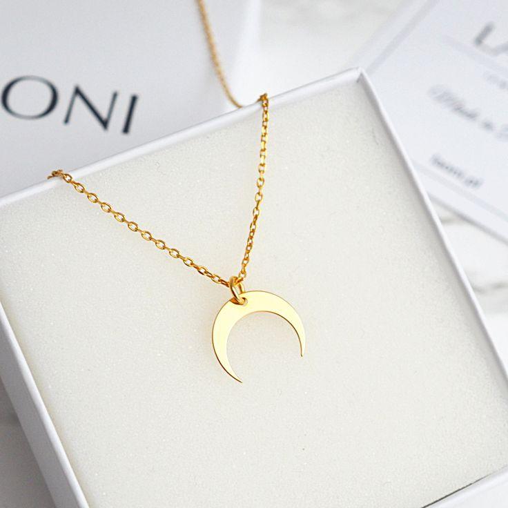 Bransoletka z księżycem. Zobacz na: https://laoni.pl/zlota-bransoletka-z-odwroconym-ksiezycem #księżyc #bransoletka #biżuteria #celebrytki #łańcuszek