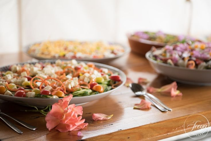 Schitterend salade buffet door Country Home Cooking. Specialist in eetbare bloemen. http://www.trouwfotografiefreya.nl/real-weddings/trouwen-molen-oosthuizen/