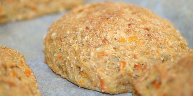 Lad dig ikke skræmme af navnet: Gulerodsbollerne er bestemt ikke kedelige. De er f.eks. rigtig gode til morgenmad, madpakker og sandwich.