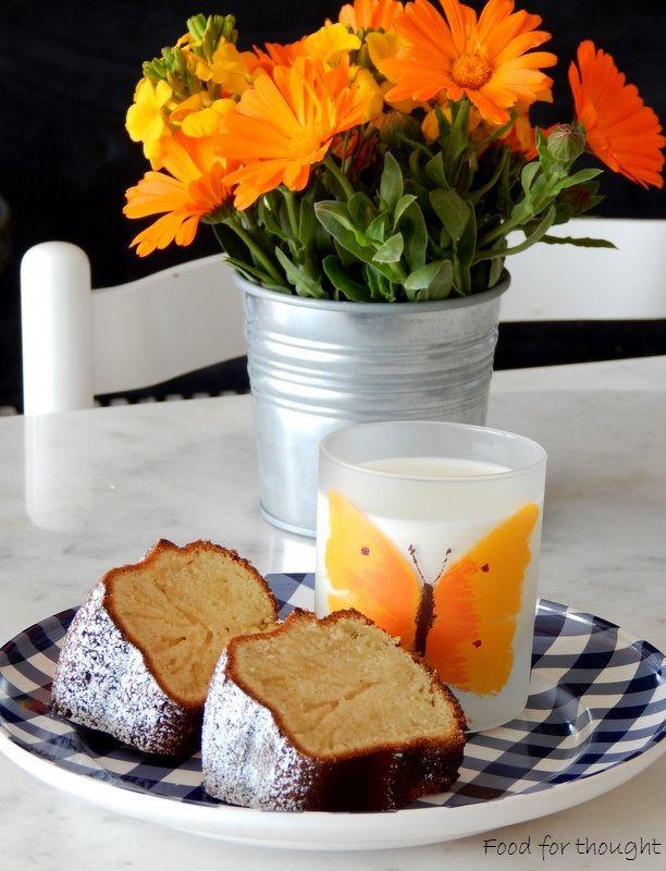 Κέικ με βανίλια και ζεστό γάλα http://laxtaristessyntages.blogspot.gr/2015/04/cake-me-vanilia-kai-zesto-gala.html